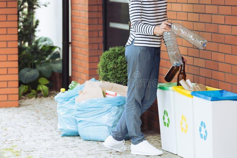 明白的人分离家庭废物 图库摄影