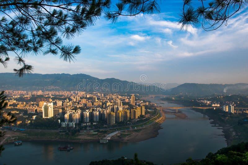 黎明的河沿城市 免版税图库摄影