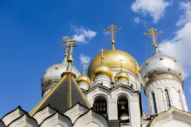 明蓝天背景下正教庙十字的金穹 白雪立面 基督教信仰 库存图片