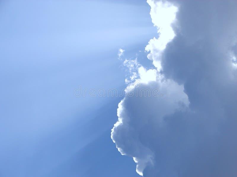 黄昏太阳从暗藏的太阳发出光线通过与一线希望的云彩 免版税库存照片