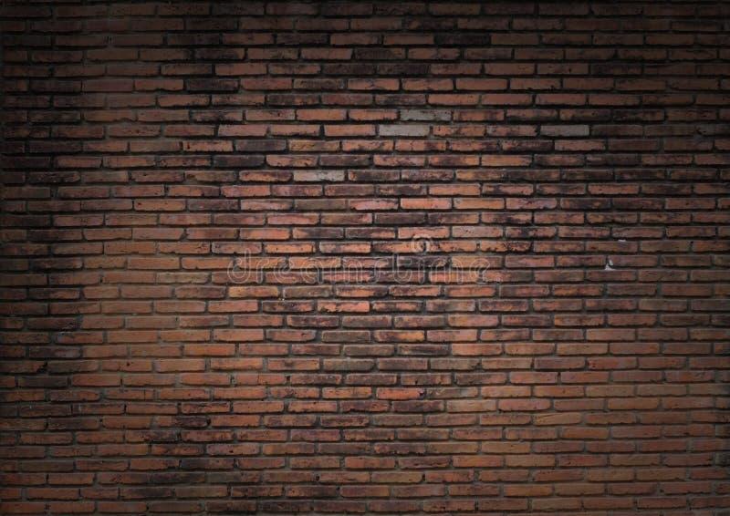 昏暗地被点燃的老砖墙 免版税图库摄影