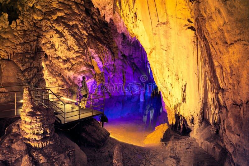 昏暗的洞的地下湖 免版税库存图片