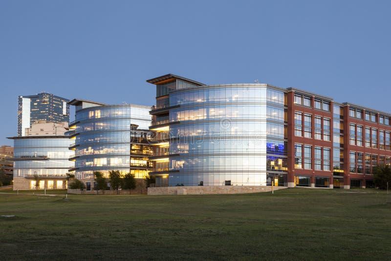 黄昏的塔兰特县学院 沃思堡, Tx,美国 免版税库存照片