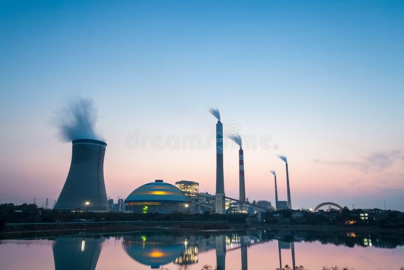 黄昏的热电厂 免版税库存照片