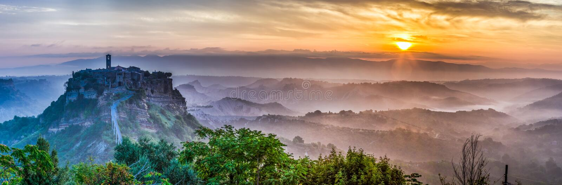 黄昏的巴尼奥雷焦大全景在意大利 免版税图库摄影