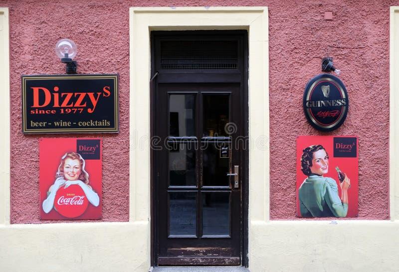 头昏眼花的酒吧和广告可口可乐的在格拉茨 库存照片