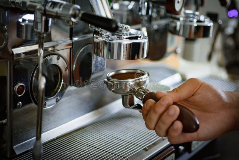 易使用 portafilter用碾碎的咖啡 煮浓咖啡器零件 咖啡机或咖啡机在咖啡馆 免版税库存照片