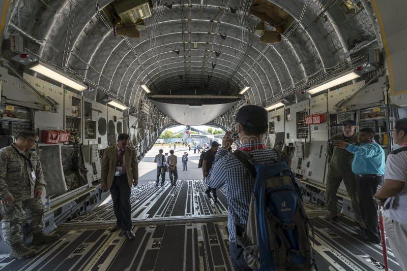 贸易和访客有美国空军专家的在静态C-17运输机里面在新加坡飞行表演2016在樟宜举行了 免版税库存图片