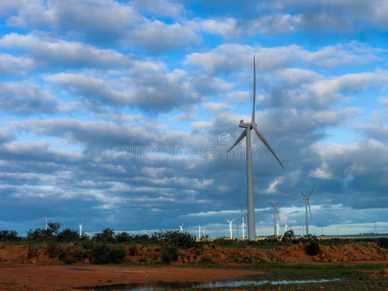轻易完成的事情在可选择能源风车农场的风轮机 免版税库存照片