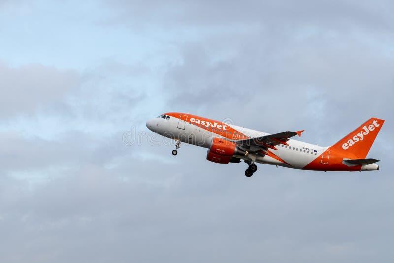 易捷航空空中客车A319-111 G-EZFZ起飞从阿姆斯特丹史基普机场的客机 免版税库存照片