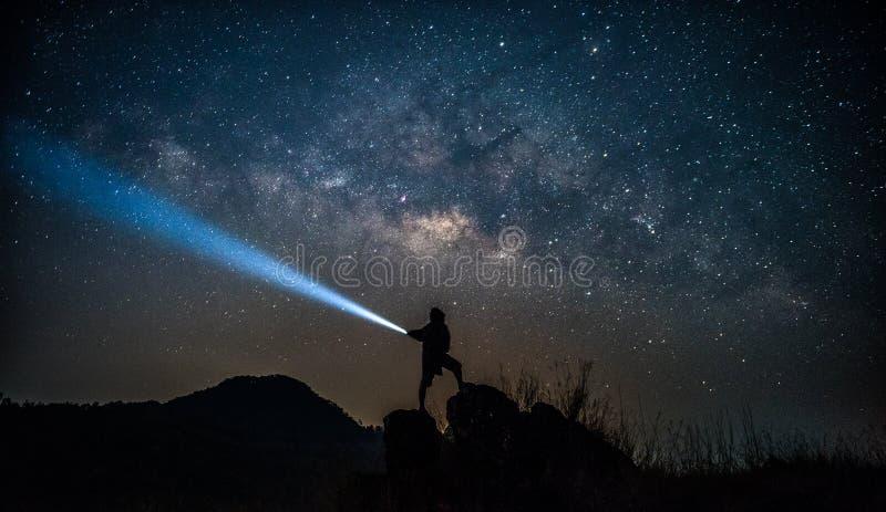 星俘获器 人在银河旁边站立 库存图片