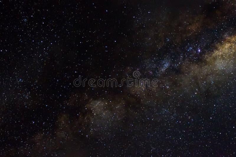 星和发光的starfield星系外层空间天空夜宇宙黑色满天星斗的背景  免版税库存照片