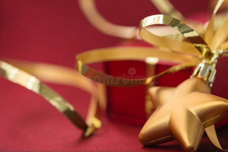 Download 以星和礼物盒的形式圣诞节装饰 库存图片. 图片 包括有 的treadled, ,并且, 红色, 传统, 照亮 - 62528083