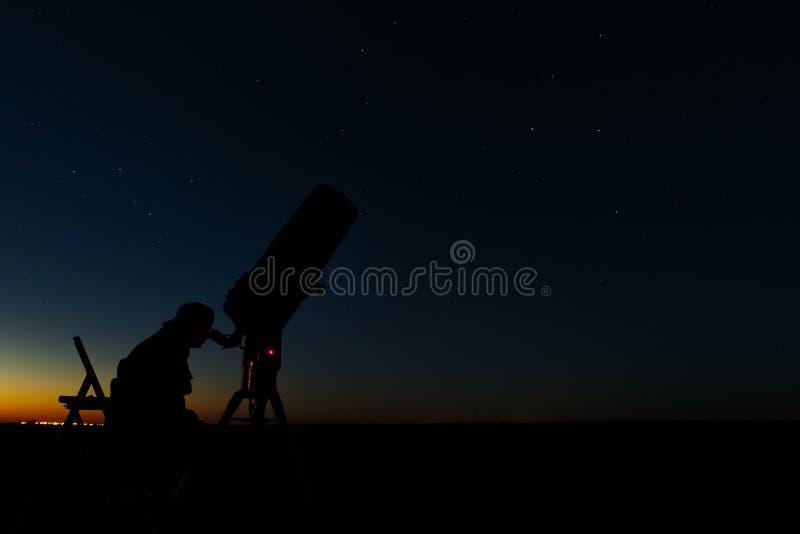 星和行星的研究的望远镜 天文学家露天做观察 库存照片