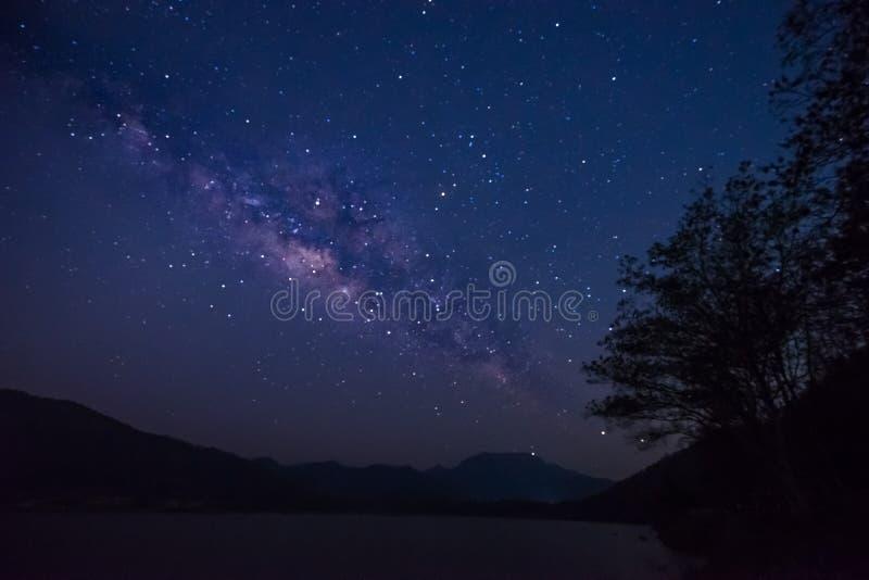 星和银河在天空在湖 有选择性的focu 库存图片