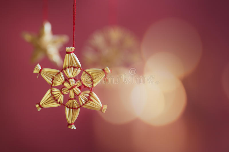 星形在红色背景的圣诞树装饰 免版税库存照片