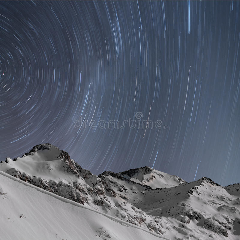 星形线索,雪加盖了山 免版税库存照片
