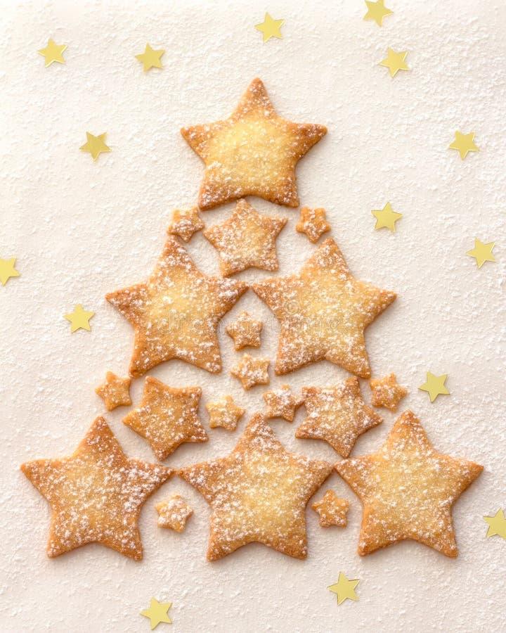 星曲奇饼的圣诞树洒与搽粉的糖 免版税库存图片