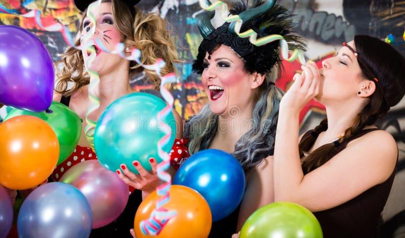 星期一庆祝德国fasching的狂欢节的年轻女人在罗斯 免版税库存图片