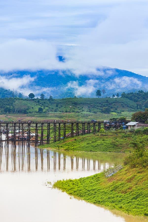 星期一木桥梁看法在Sangkhlaburi的 图库摄影