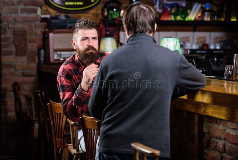 星期五放松在客栈 放松在客栈的朋友 与陌生人的友好的交谈 行家残酷有胡子的人花费 免版税图库摄影