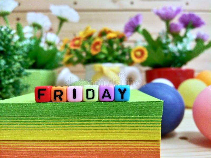 星期五 在稠粘的笔记块的五颜六色的立方体信件 库存照片