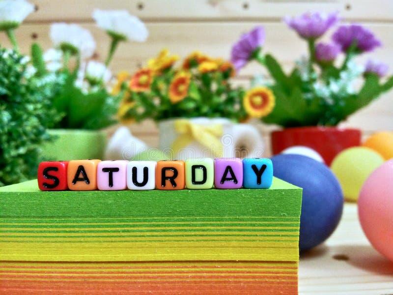 星期六 在稠粘的笔记块的五颜六色的立方体信件 图库摄影