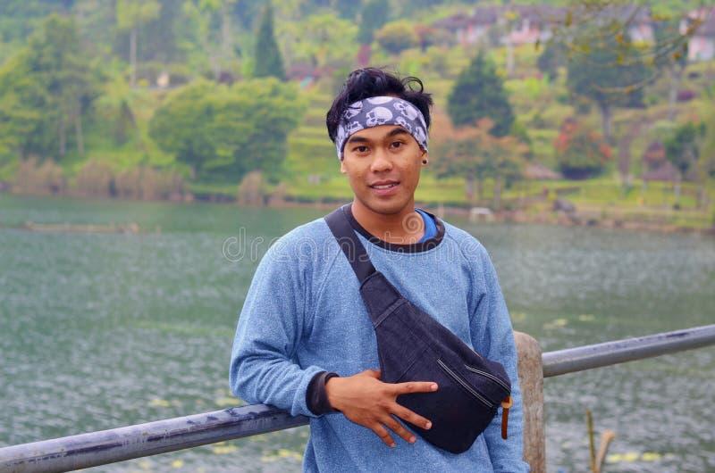 星期天享用接近湖,巴厘岛的年轻印度尼西亚人 图库摄影