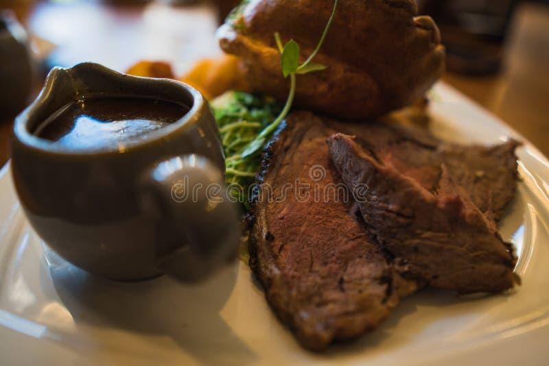 星期天烤肋条肉晚餐用小汤 免版税库存图片