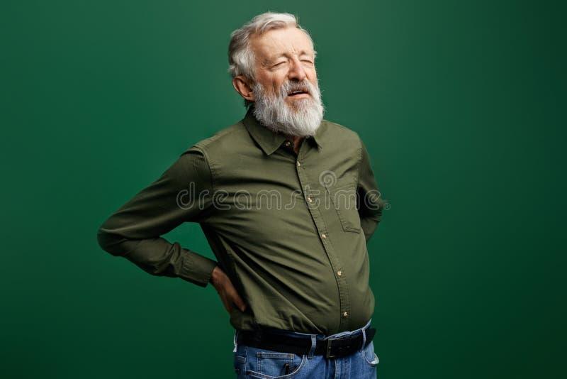 星期病的老人不可能站立从脊神经根炎的平直,贫困者痛苦 免版税库存照片