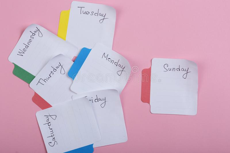星期-纸贴纸附有桃红色背景 库存照片