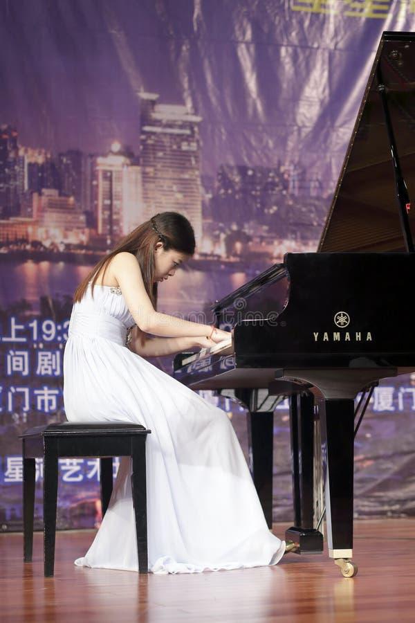 星河艺术中心戏剧钢琴白色的年轻女老师  库存图片