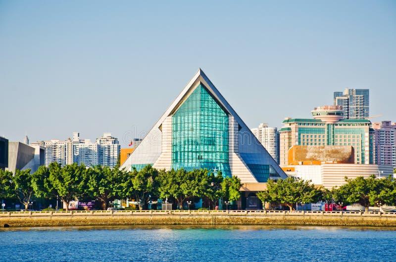 星海音乐堂和音乐现代大厦在广州市,中国摆正亚洲的都市风景 免版税库存照片