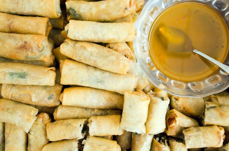 春卷用猪肉,油煎的虾甜调味汁-传统vi 库存照片