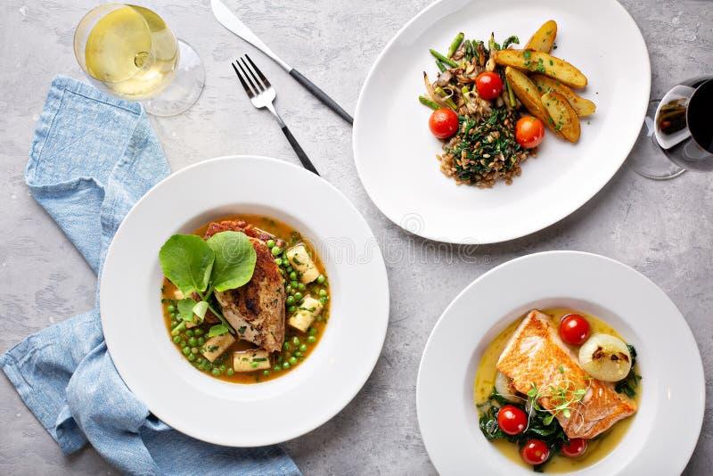 春天三文鱼鸡和素食主义者午餐三重奏  免版税库存图片
