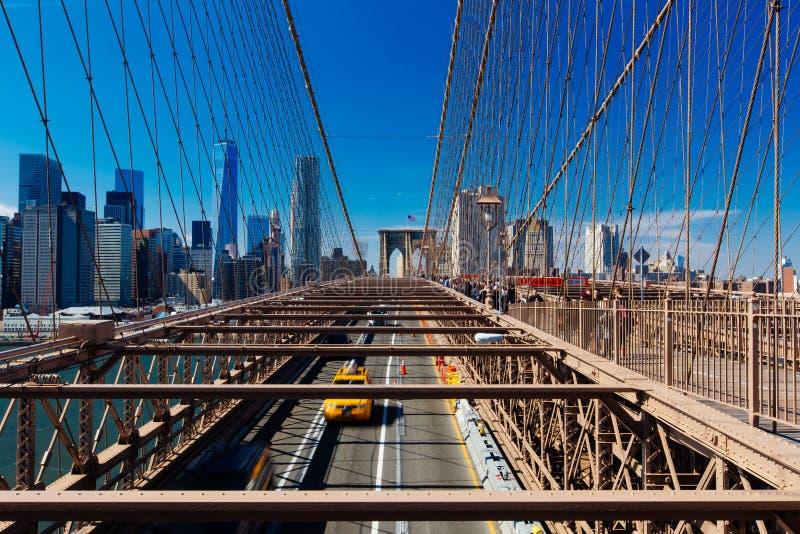 春天与黄色小室和pe的4月2015年布鲁克林大桥交通 库存图片