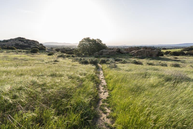 春天在圣诞老人苏珊娜通行证国家历史公园的草甸足迹 库存图片