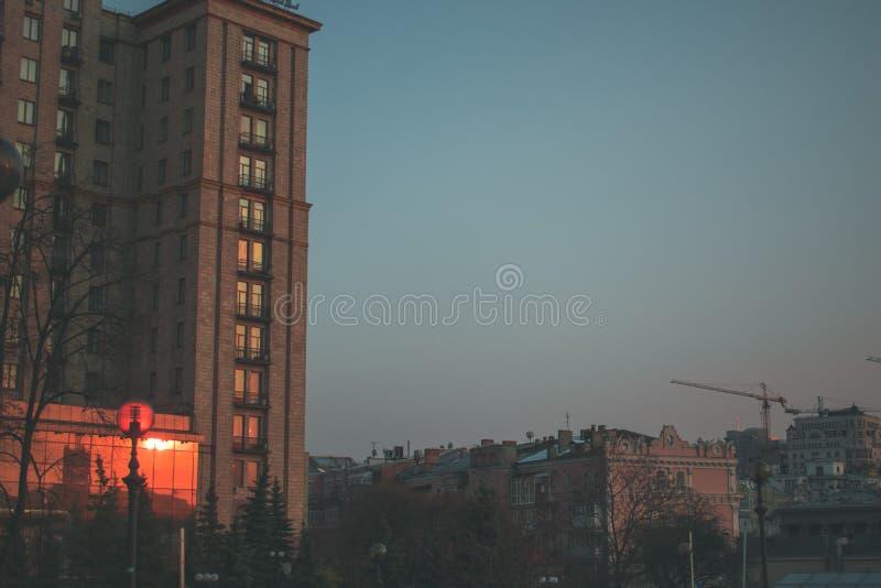 春天在摩天大楼的城市日落 免版税图库摄影