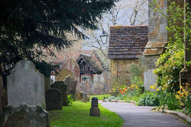 春天在教会坟园 圣皮特圣徒・彼得&圣保罗教会 Edenbridge,肯特 ?? 免版税图库摄影