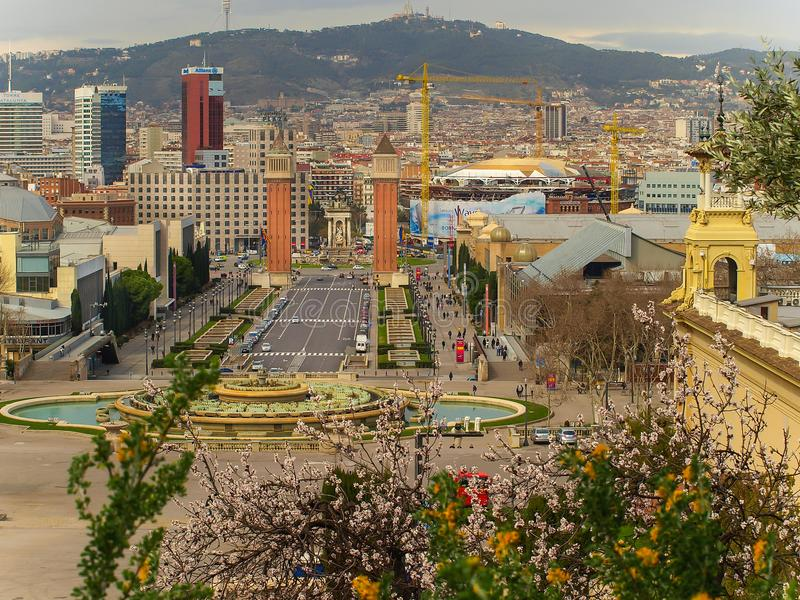春天在有从Montjuic和威尼斯式塔的巴塞罗那观看的不可思议的喷泉 免版税库存照片