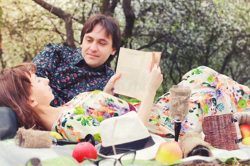 春天在爱室外树的风景夫妇去野餐 库存照片