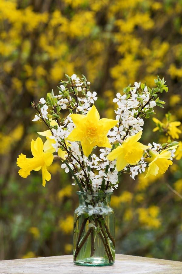 春天在玻璃的花花束 库存图片
