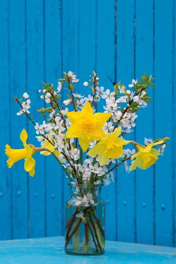 春天在玻璃的花花束 免版税库存图片