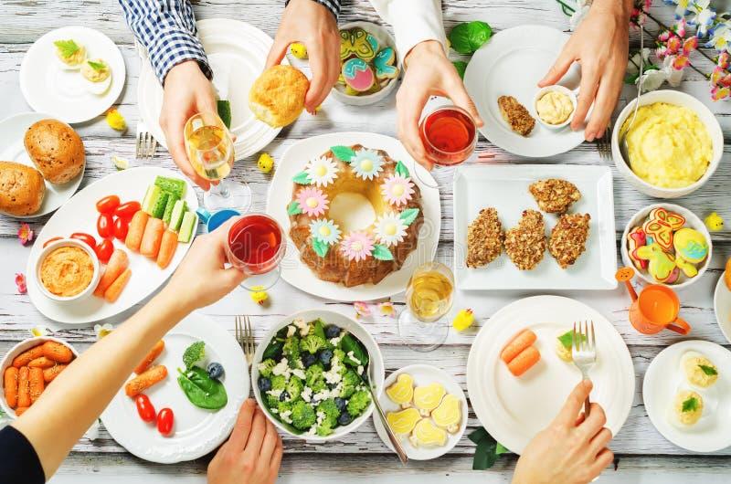 春天复活节主菜庆祝朋友概念 免版税图库摄影
