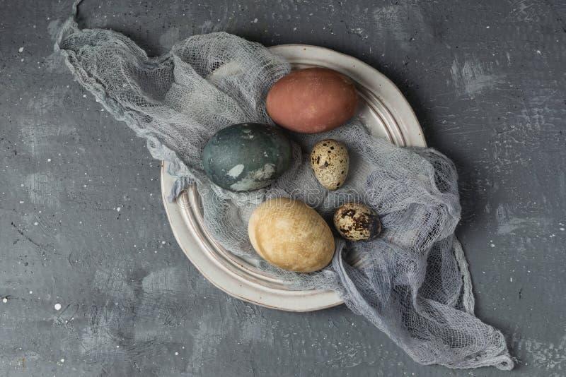 春天复活节最小的背景土气样式构成-有机自然地被洗染的复活节彩蛋 库存图片