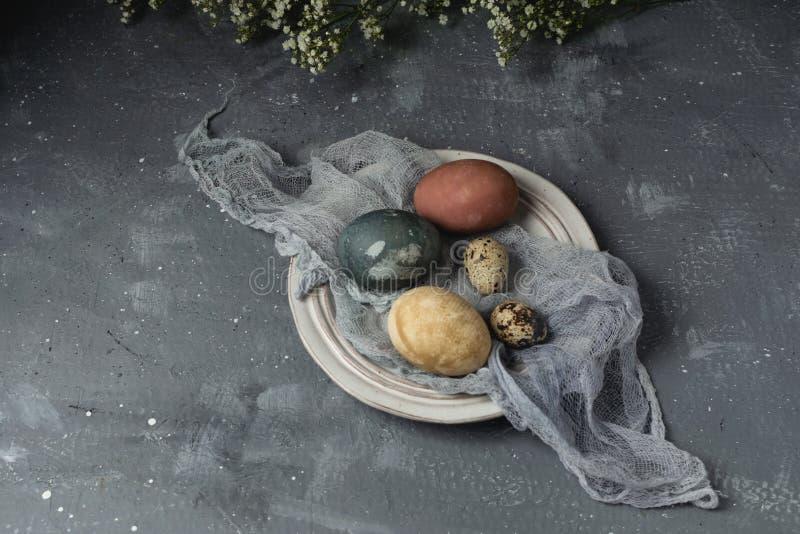 春天复活节最小的背景土气样式构成-有机自然地被洗染的复活节彩蛋 免版税库存照片