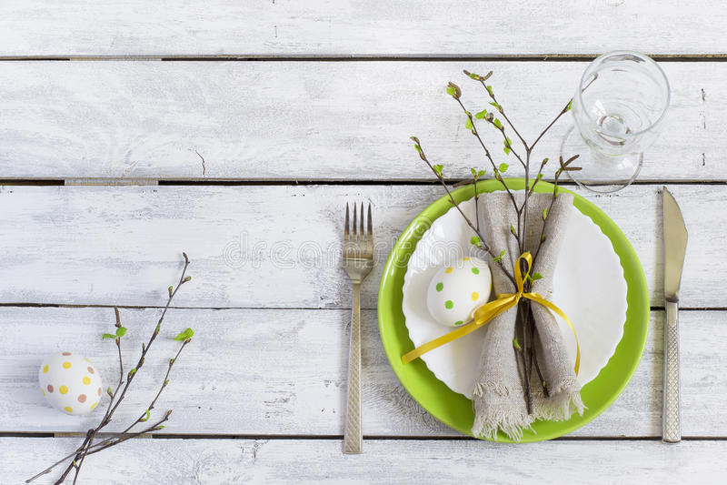 春天复活节表设置在木桌上 顶视图 库存图片