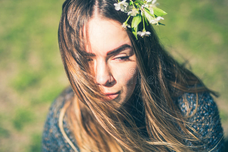 春天妇女、美丽的面孔女性享用的樱花、树枝和自然秀丽的肉欲的梦想的画象 免版税库存图片