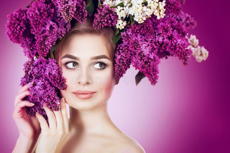 春天妇女画象 有淡紫色花五颜六色的花圈的秀丽女孩在她的头发的 免版税库存照片
