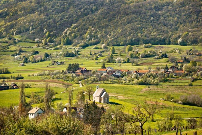 春天山自然的石教会 免版税库存图片